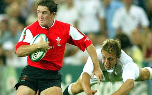 Shane Williams whips past Jonny Wilkinson during the 2003 Rugby World Cup Quarter-Final