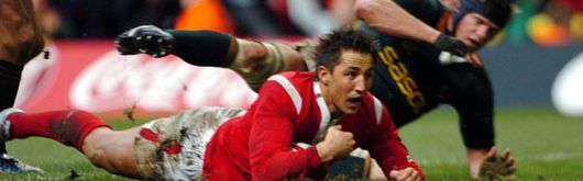 Gavin Henson dives over for a Welsh try