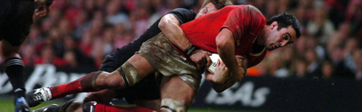 Jonathan Thomas is tackled by Richie McCaw in the 2006 Invesco Perpetual Series