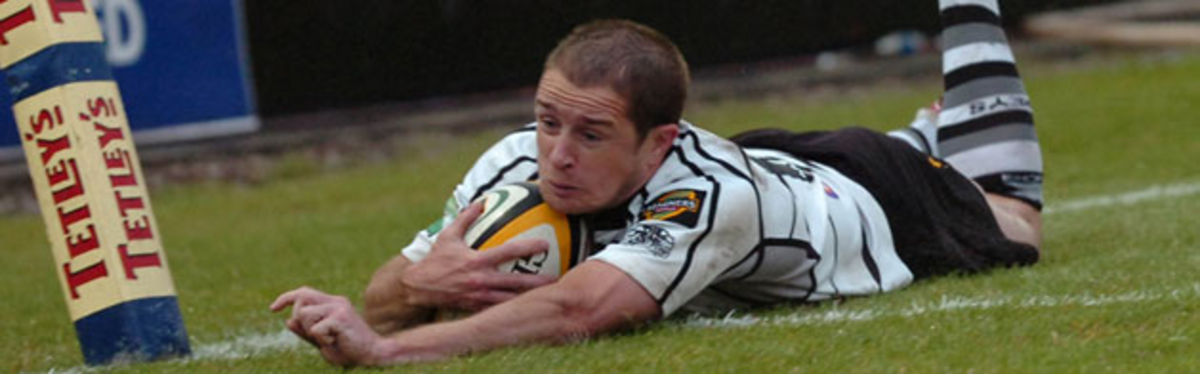 Shane Williams caps a late run with a magnificient try to keep the Ospreys in touching distance of the title