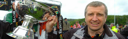 Ospreys Head Coach Lyne Jones lifts the Magners League Trophy