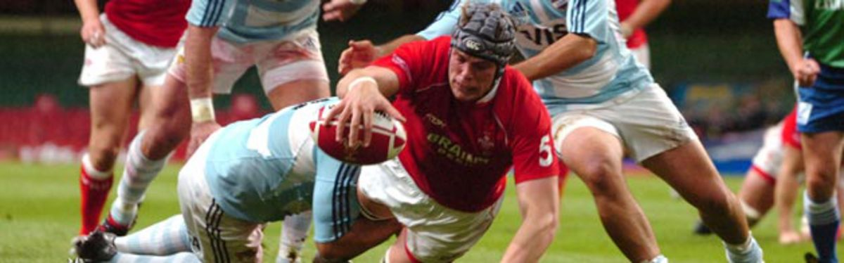 Alun Wyn Jones scores a try against Argentina in the 2007 Invesco Perpetual Summer Series