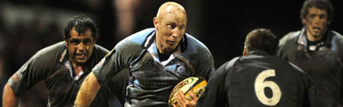 Tom Shanklin takes on Ali Hogg in the Magners League clash at the Cardiff Arms Park