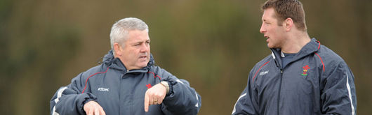 Warren Gatland talks to Ian Gough during a training session