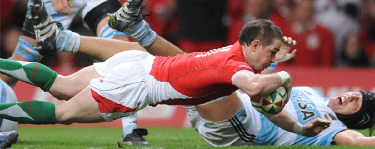 Shane Williams dives over